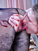 Kissable brunette in lush flower pattern hose gets pussy pumped and jizzed